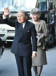 出迎えた人たちに手を振る天皇皇后両陛下=27日午後4時、那覇市泉崎・ANAクラウンプラザ沖縄ハーバービューホテル