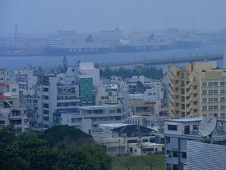 視界が悪くなった那覇市内=20日午後3時35分、同市久茂地のタイムスビルから那覇新港ふ頭方面を望む