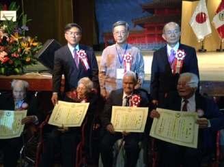 90歳以上のペルー県系人(前列)に感謝状を手渡した翁長雄志知事(後列右から2人目)=28日、ペルー沖縄県人会館(県提供)