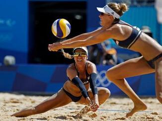 ビーチバレー女子準決勝 スイスのペアに勝利した米国のクラインマン、ロス組=潮風公園(ロイター=共同)