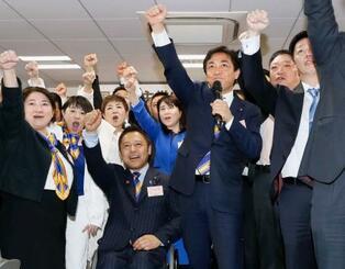 国民民主党の党大会で気勢を上げる玉木代表(前列左から3人目)ら=22日午後、東京・永田町の党本部