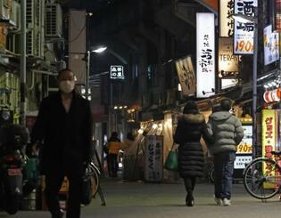 22日、人通りのまばらな東京・上野の飲食店街