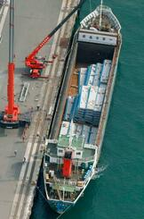 名古屋港弥富ふ頭で荷崩れを起こした貨物船「第1天照丸」=3日午後、愛知県弥富市(共同通信社ヘリから)