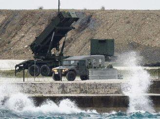 北朝鮮のミサイル発射に備え、発射口を上空に向けたPAC3=7日午前7時16分、石垣市