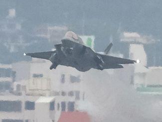 爆音を響かせて離陸するF35戦闘機=4月11日午後5時15分、普天間飛行場
