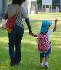 認可保育園に向かう親子。市内の潜在的な待機児童数は2500人を超す=那覇市内