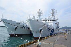 海上保安庁の巡視船「たけとみ」(右)と「なぐら」