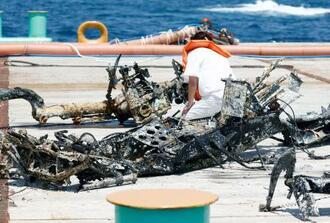 鹿児島県・種子島の喜志鹿崎沖で引き揚げられた、旧日本海軍の「九七式艦上攻撃機」とみられる機体の一部=23日午後