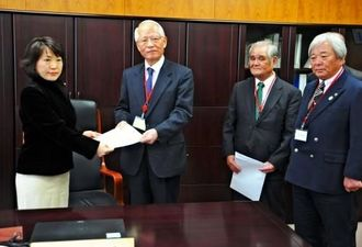 阿部俊子農水副大臣(左端)へ要請書を手渡す浦崎唯昭副知事ら=17日、農水省