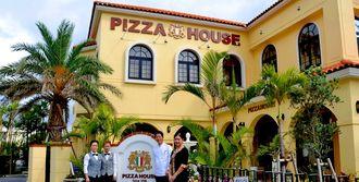 約6年の休業期間を経て、2017(平成29)年に営業を再開したピザハウス=24日、浦添市港川