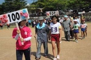 100歳の内村智郎さんを先頭に行われた敬老パレード=9月21日、久米島町