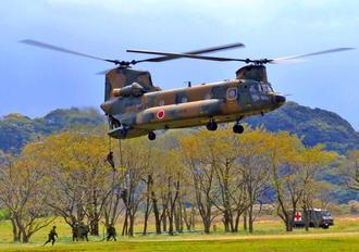 離島が占拠された想定で行われた訓練のデモンストレーション。CH47ヘリからロープを使って水陸機動団員が降りる=7日、長崎県佐世保市の相浦駐屯地
