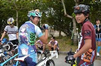 お気に入りのアニメキャラのユニホームを着た鶴﨑さん(左)とチームユニホームを着る井上さん=12日、名護市大南