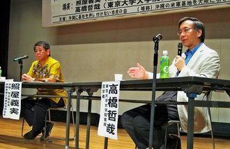 沖縄の過重な基地負担を解消するために、本土移設が必要だと講演する高橋氏(右)と照屋氏=12日、大阪市大正区
