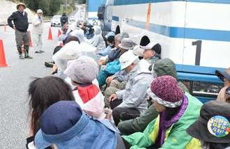 米軍キャンプ・シュワブゲート前に座り込み、新基地建設に反対する市民ら=23日、名護市辺野古
