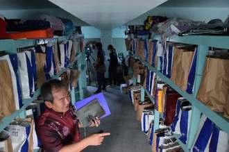 倉庫の棚には忘れ物が入った航空会社の紙袋が所狭しと並ぶ=豊見城署