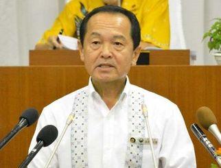 6月定例会本会議に登壇し、議案について説明する渡具知武豊市長=14日、名護市議会