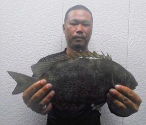 那覇海岸で41センチ、1.25キロのカーエーを釣ったAFCの呉屋慎也さん=20日