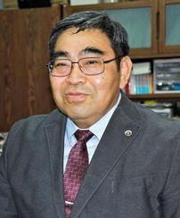 2014年度の沖縄弁護士会会長に決まった島袋秀勝さん=27日午後6時ごろ、那覇市の事務所で
