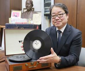 よさこい鳴子踊りのレコードと、見つけた吉沢文治郎さん=1月、高知県南国市