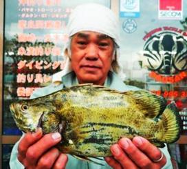 豊崎海岸で31センチのマツダイらしき魚を釣った普久原実さん=3日