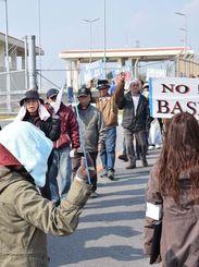 米軍キャンプ・シュワブゲート前で「米軍基地いらない」と声を上げる市民ら=28日、名護市辺野古