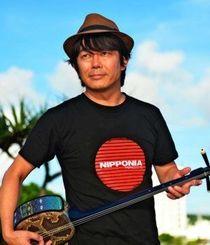 沖縄の民謡保存に向けたCDを制作中の宮沢和史=宜野湾海浜公園