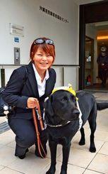 與那嶺美智子さんと盲導犬のルカ=25日、那覇市・沖縄視覚障害者福祉センター
