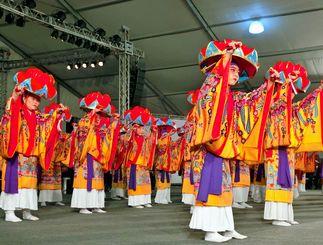 色鮮やか紅型の衣装をまとった琉球舞踊