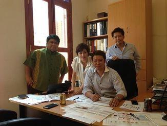 香港航空の旅客便を活用し県産品の海外輸出を始めたえんグループの又吉真由美社長(左から2人目)=シンガポール(同社提供)