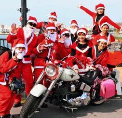 クリスマスプレゼントの後、ツーリングで沿道に笑顔を届けたバイクサンタ=北谷町(提供)