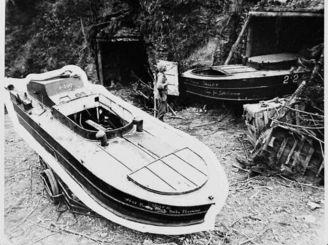 本部半島の西海岸で発見された海上特攻艇=1945年6月
