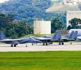 米軍嘉手納基地に飛来した米カリフォルニア州空軍と米ルイジアナ州空軍のF15戦闘機=4日午後2時半ごろ(読者提供)