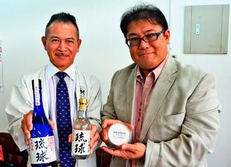 限定販売する泡盛やジェラートをPRする新里代表(左)と仲本代表=日、沖縄タイムス中部支社
