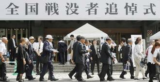 全国戦没者追悼式に向かう人たち=15日午前、東京・日本武道館