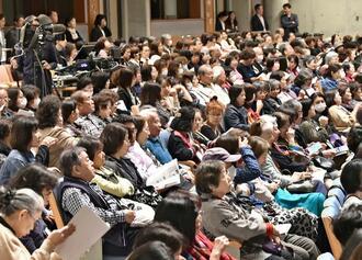 公演を見ようと、大勢のファンが駆け付けた会場=5日午後、宜野湾市・沖縄コンベンションセンター