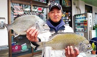 4日、馬天海岸で42センチと40センチのチンシラーを釣った森江真吾さん。道糸とハリス2.5号、餌はぜっ鯛くわせ
