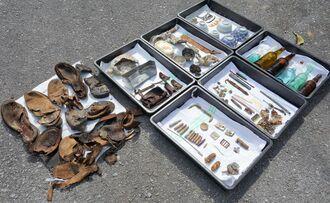 遺骨の周辺から見つかった軍靴や茶わんなどの遺留品