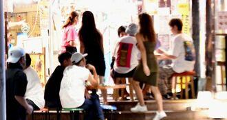 夜に街に繰り出す若者たち=7月29日午後10時ごろ、那覇市内
