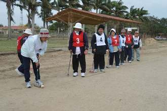 寒風の中、元気にゲートボールを楽しんだ県人会のメンバー