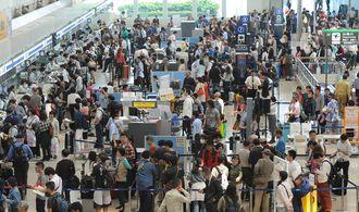 混雑する那覇空港