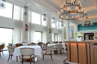 フランス料理が堪能できるハレクラニ沖縄のレストラン「シルー」=23日、恩納村