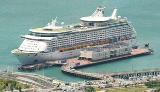 (資料写真)那覇港に停泊するクルーズ船
