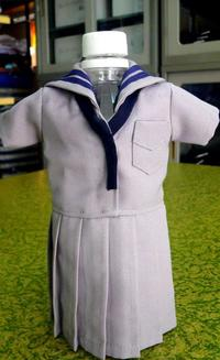 なぜセーラー服? 沖縄・名護市で好評のペットボトルカバーとは…