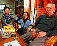 [つなぐ次代へ 戦後72年]/中田さん夫婦 戦の語り部/支給食を製造 和子さん 徴兵先に原爆 正春さん/「家族に伝え続けたい」/本部北里