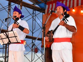 エイサーの地謡を務める古波蔵勢さん(右)=昨年8月19日、名護市辺野古