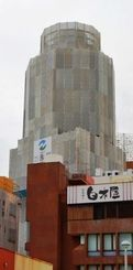 那覇タワーの解体工事が始まり、その姿を見ることはできなくなった=26日、那覇市牧志周辺