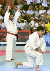 1992年7月、バルセロナ五輪柔道男子95キロ超級決勝で小川直也(右)を破って喜ぶダビド・ハハレイシビリさん(共同)