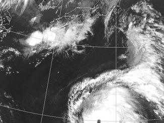 気象衛星がとらえた8日午後3時半の台風8号(気象庁HPから)
