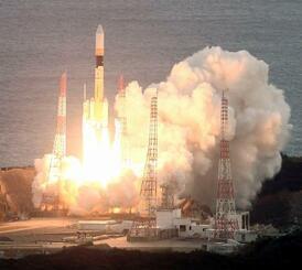 「データ中継衛星1号機」や「光データ中継衛星」などを搭載し、打ち上げられるH2Aロケット43号機=29日午後4時25分、鹿児島県の種子島宇宙センター(共同通信社ヘリから)